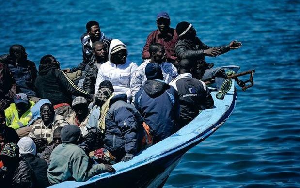 Maltese marine redt 75 migranten die zich vastgeklampt hadden aan tonijnkooi in zee