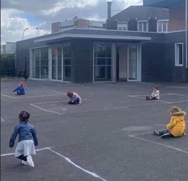 Factcheck: Ja, deze foto van 'geïsoleerde' kinderen is authentiek