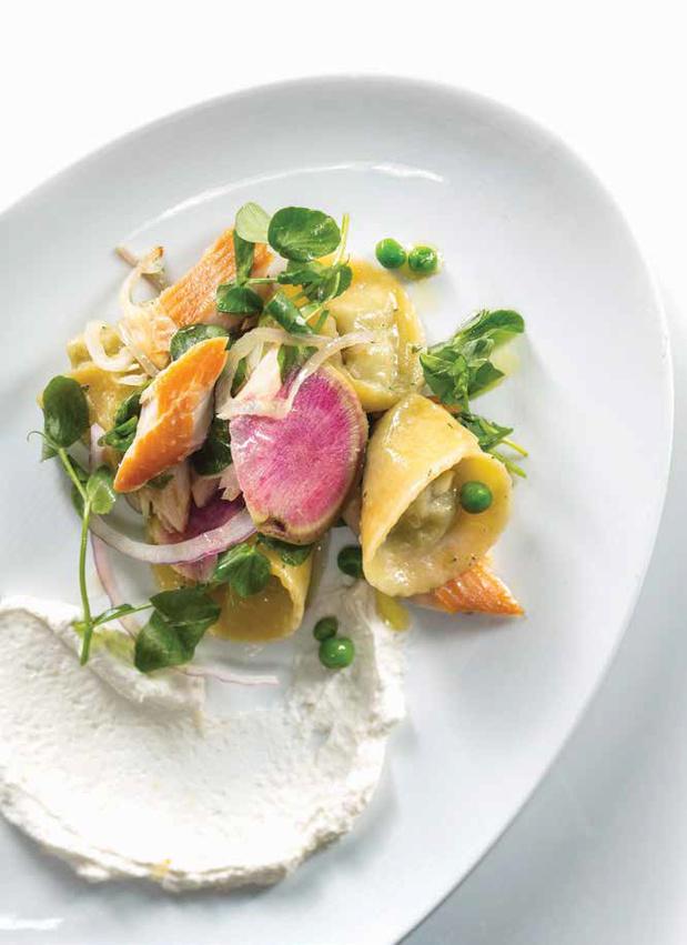 Salade van gerookte forel en ravioli met erwten en ricotta