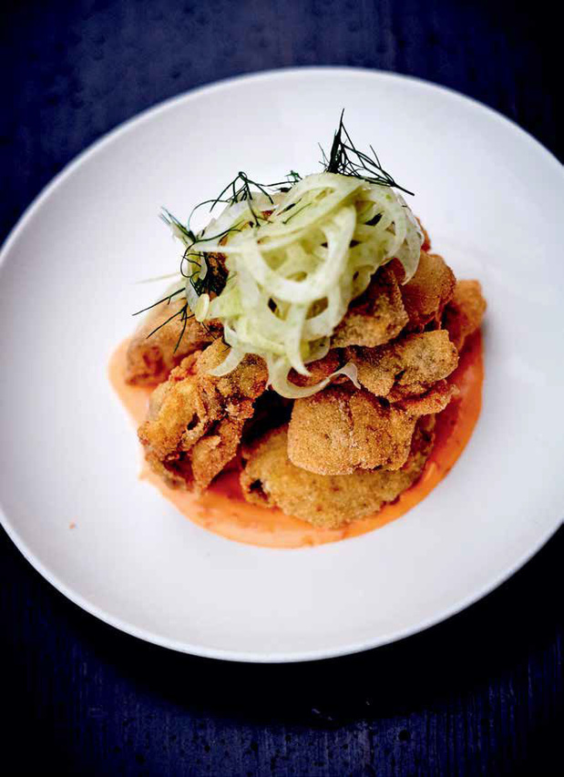 Huîtres frites en chapelure de polenta, salade de fenouil et aïoli au piment (recette)