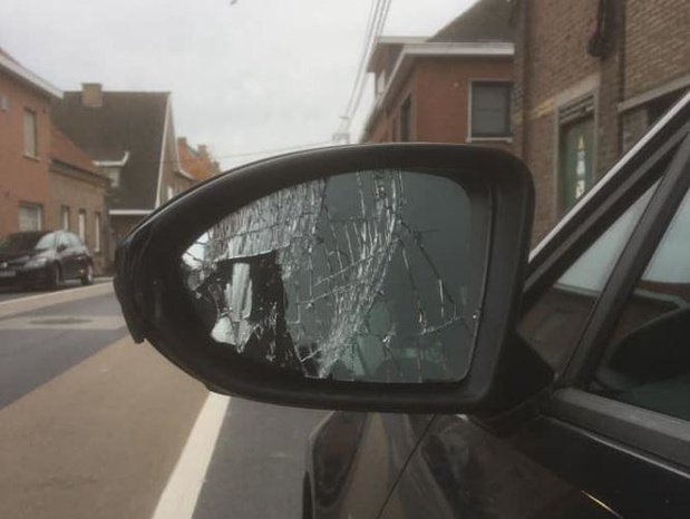 Filmpje op sociale media toont hoe autospiegels kapot geschopt worden