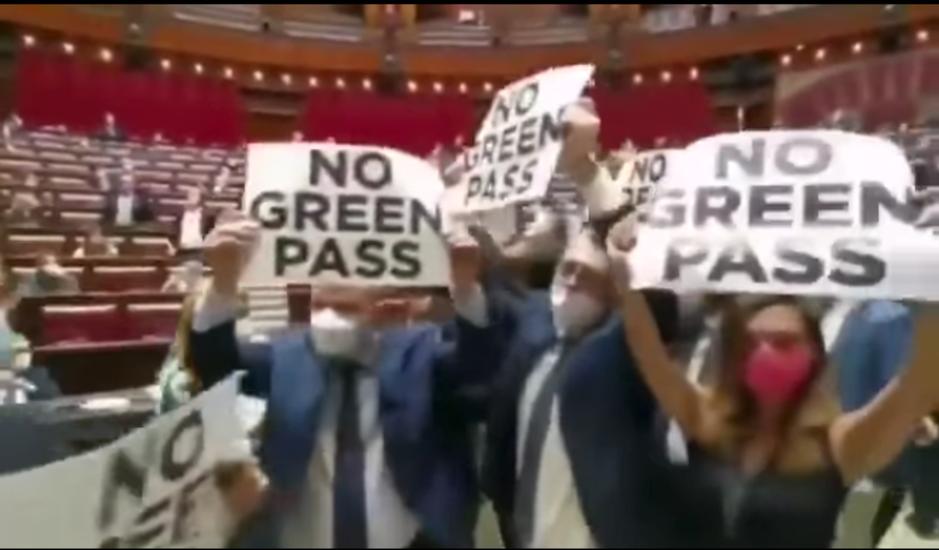 Factcheck: ja, deze video toont een protest in het Italiaanse parlement tegen de invoering van een coronapas