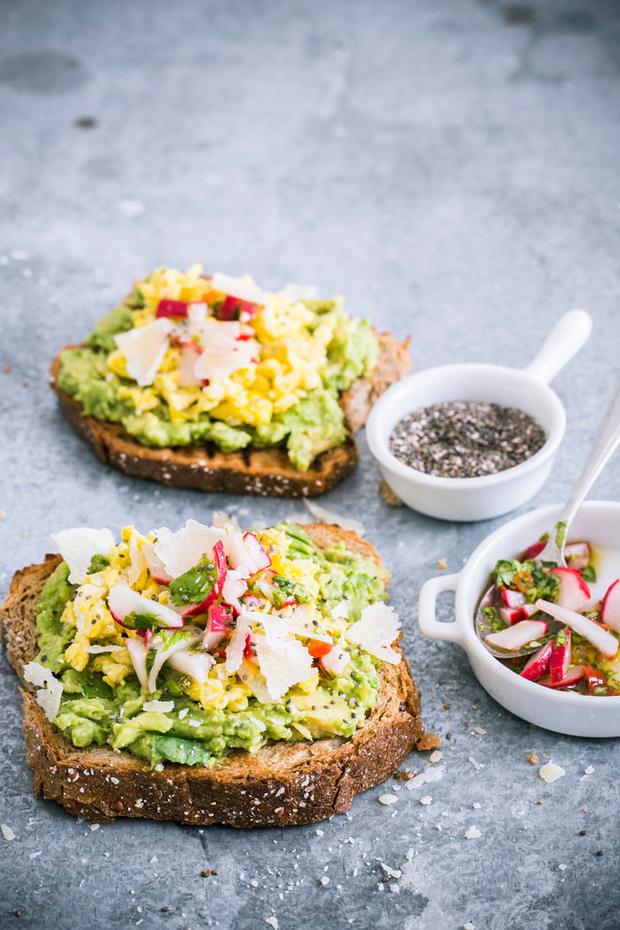 Recette de Toast aux oeufs brouillés, radis et graines de chia