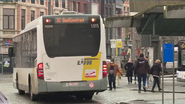 Peeters fluit De Lijn terug over megaorder e-bussen