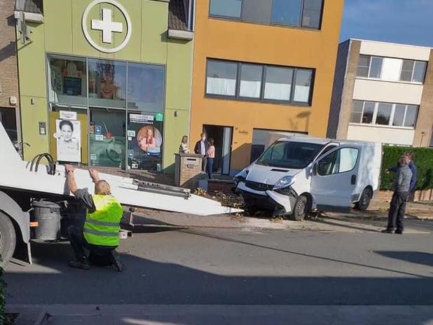 Bejaarde dame zwaargewond bij spectaculair verkeersongeval: chauffeur onder invloed