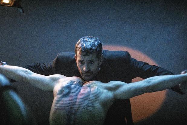Koen De Bouw speelt (een beetje) Wim Delvoye in Oscarkandidaat 'The Man Who Sold His Skin'