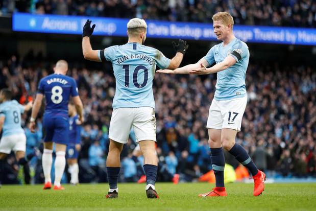De Bruyne piège des supporters de Manchester City, en détruisant le trophée de Premier League (vidéo)
