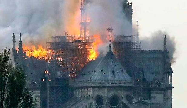 """Incendie à Notre-Dame de Paris: toute la charpente """"est en train de brûler"""""""
