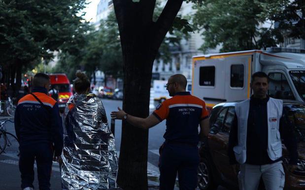 Incendie dans un immeuble à Paris: 3 morts, 27 blessés et 200 pompiers mobilisés