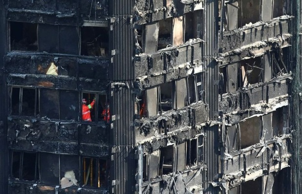 """Incendie de la tour Grenfell à Londres: """"graves lacunes"""" dans la réaction des pompiers"""