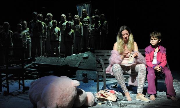 Boy (Opera Ballet Vlaanderen) toont het puinlandschap dat de jeugdzorg is