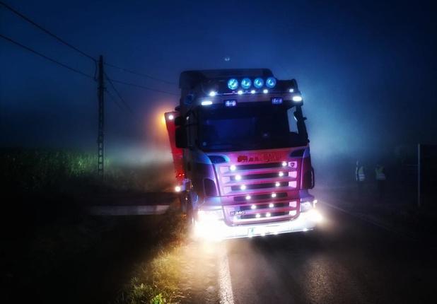 Vrachtwagen in gracht in De Haan