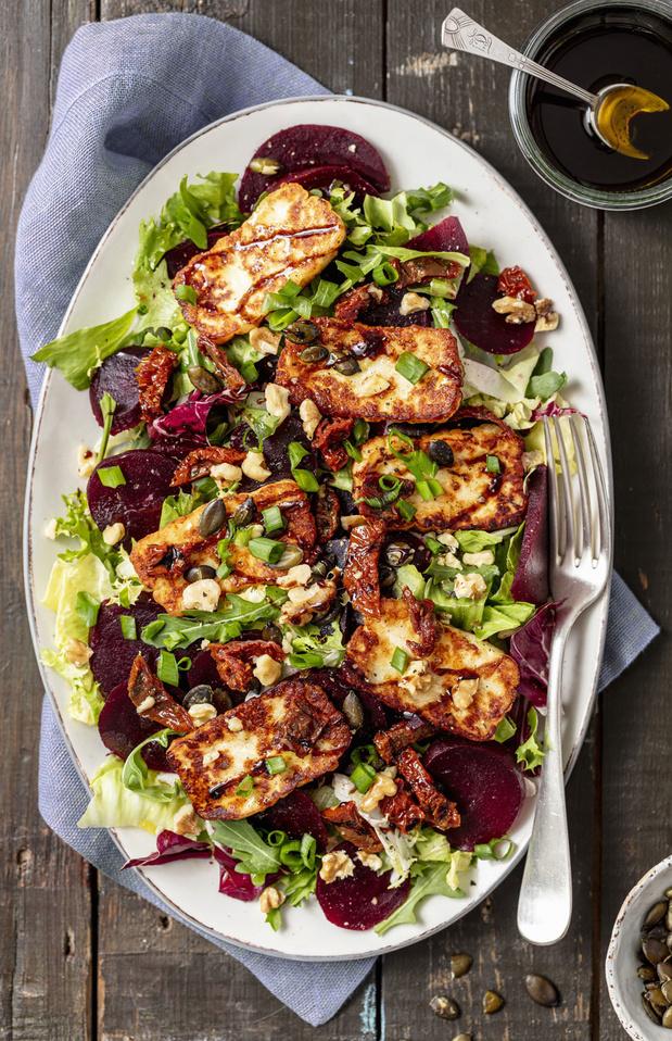 Salade au halloumi, betterave et tomates séchées