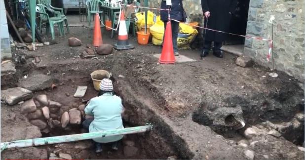 Incroyable découverte sous des toilettes publiques abandonnées