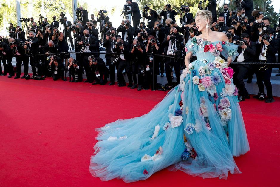 Cannes en images: pour une fois, Sharon Stone prend l'option robe de conte de fées