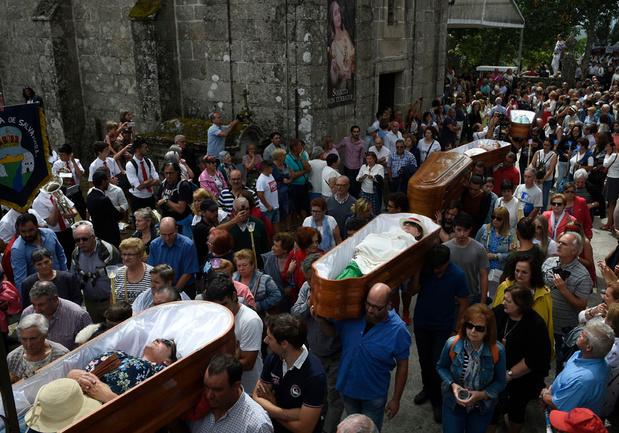 En Espagne, dans le village d'As Neves, les vivants défilent dans des cercueils pour défier la mort