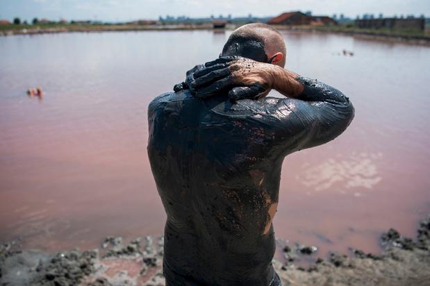Bains de boue bienfaisants dans les lagunes roses de la mer Noire