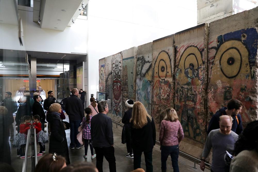 Bezoekers van de laatste week, voor een stukje Berlijnse Muur., Reuters