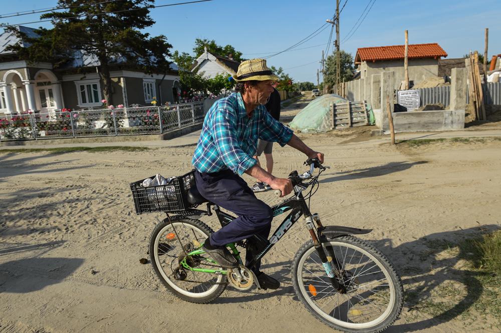 Un homme à vélo, Sfantu Gheorghe village, AFP/DANIEL MIHAILESCU