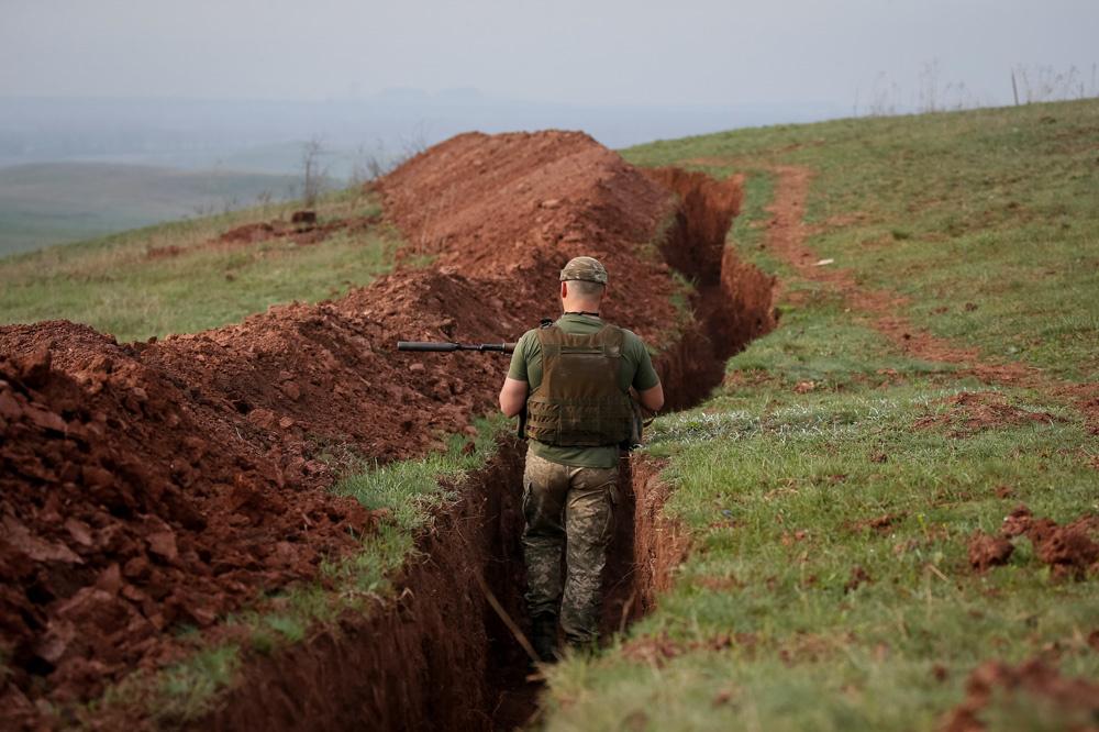 Een Oekraïense soldaat aan de frontlijn in het Oosten van het land, belga