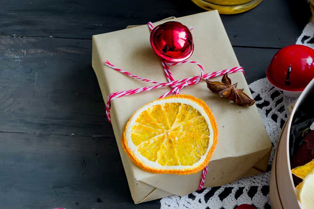 Een platte appelsien in de fruitmand? Droog ze in de oven en maak er kerstversiering van., Getty