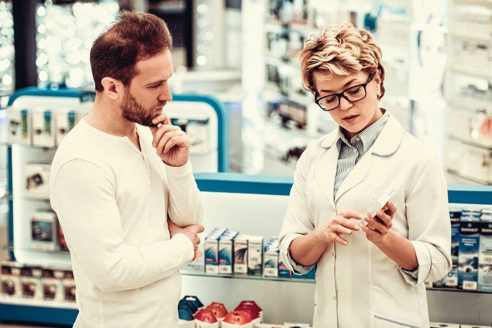 votre pharmacien de référence peut vous convier si nécessaire à un entretien d'accompagnement. Par exemple pour vous expliquer le bon usage de vos médicaments., ISTOCK