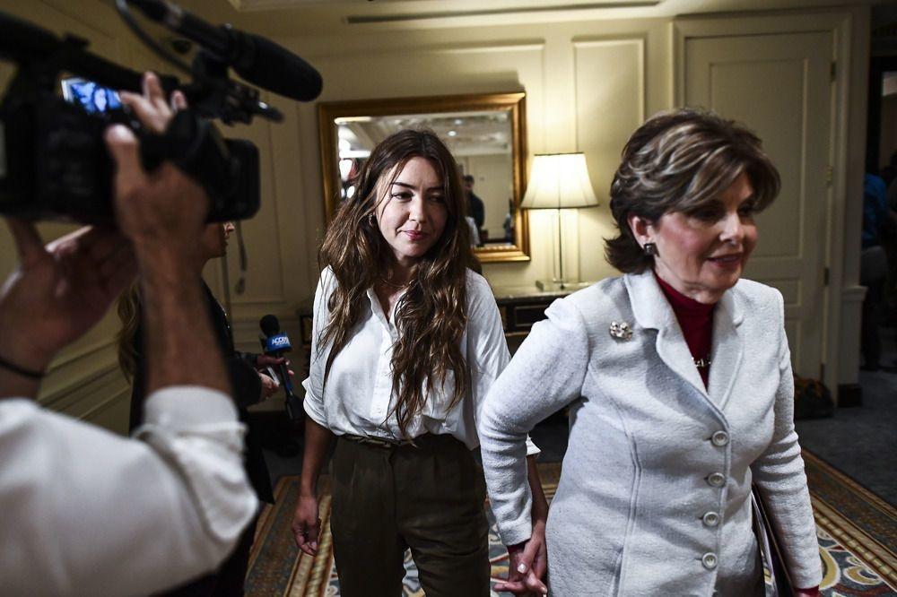 Ex-assistante de production, Mimi Haleyi accuse Harvey Weinstein de viol et d'agression. Ici lors de la conférence de presse au côté de son avocate Gloria Allred, le 24 octobre 2017 , AFP
