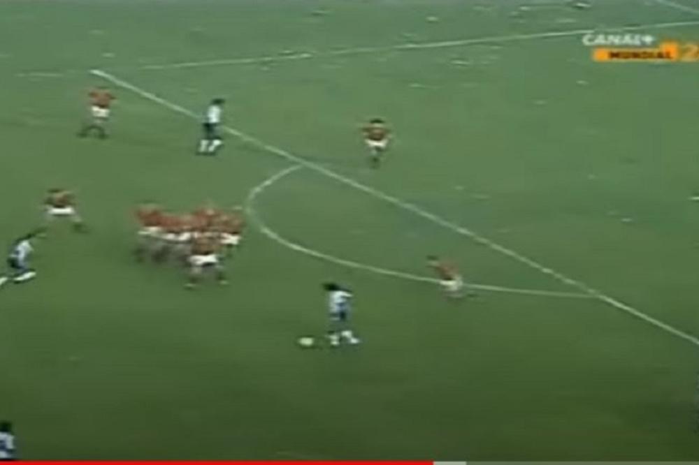 Le moment qui suit le coup-franc, avec le mur belge qui se désintègre. Maradona reçoit le ballon et tente un centre, contré de la tête., youtube