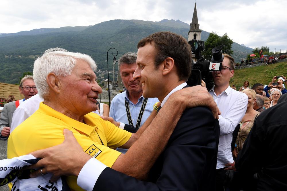 Poulidor met de Franse president Emmanuel Macron (r)., AFP