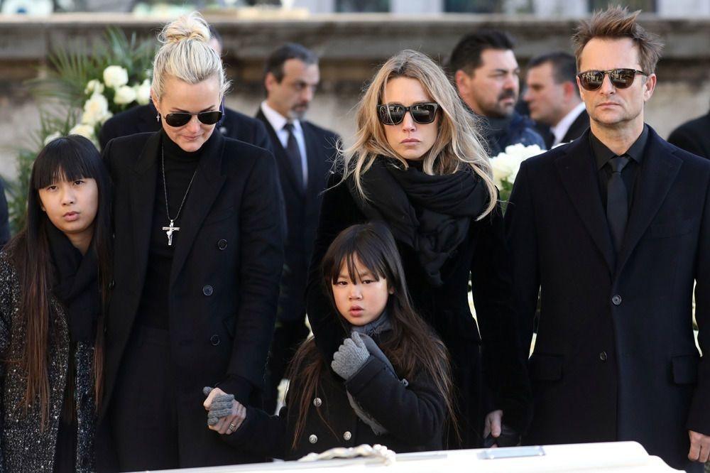 La femme et les enfants de Johnny, devant son cercueil, le jour de ses obsèques, Reuters