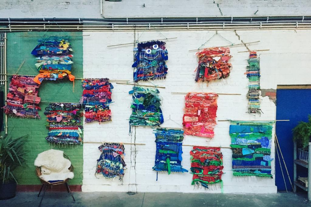 Enkele 'tapijtjes' die Caroline en co weefden met plastic afval, Weef Wijven