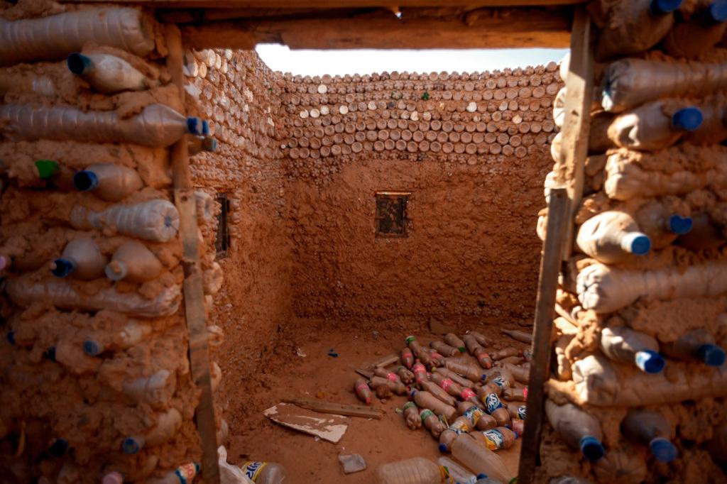 Er werd eerder al geëxperimenteerd met ecobricks in vluchtelingenkampen, zoals hier, in Algerije., Getty