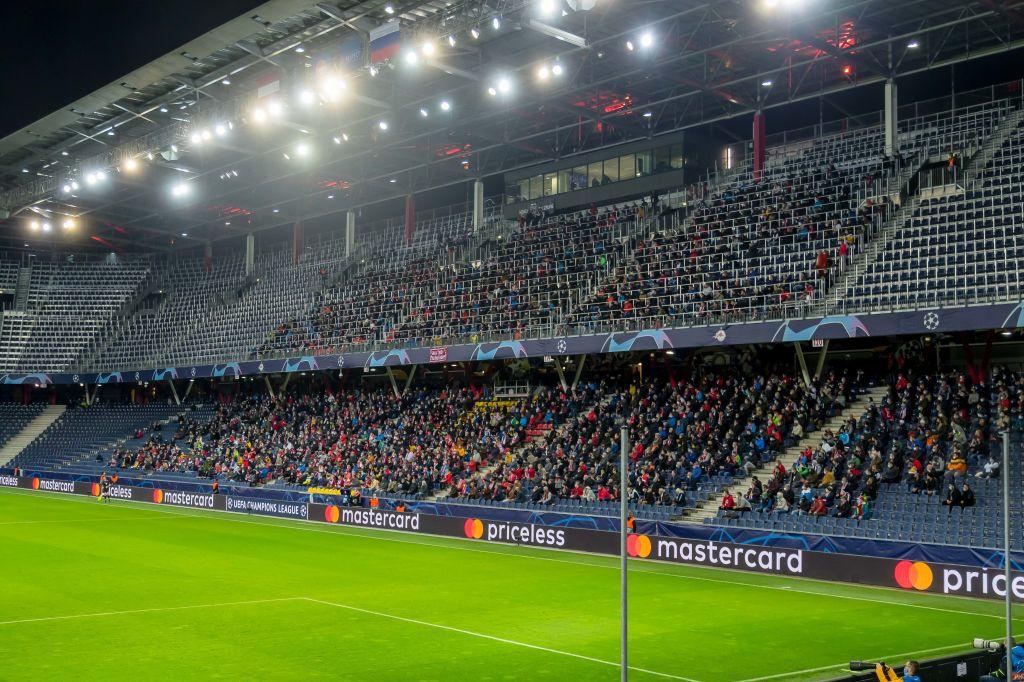 Même constat à Salzbourg-Lokomotiv Moscou: les supporters regroupés sur une tribune... le reste du stade, vide., belga