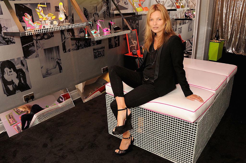 Kate Moss met schoenen van Terry de Havilland, Getty