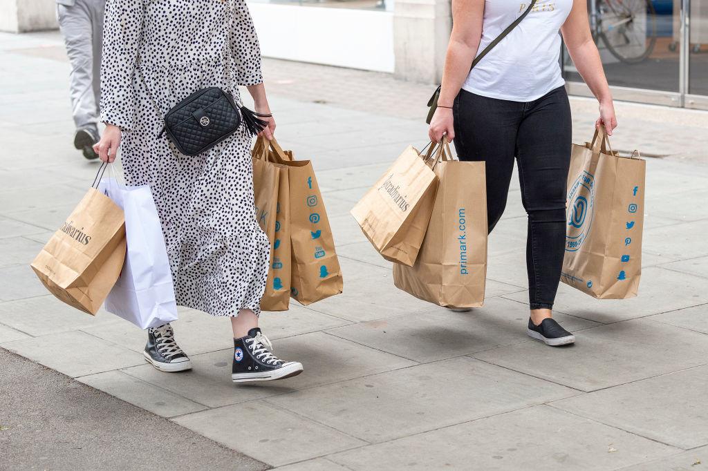 Shoppers wagen hun kansen bij de heropening van de winkels na de lockdown., Getty