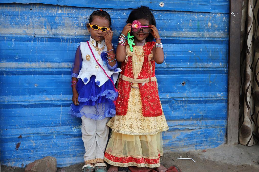 Twee Rohingya meisjes spelen tijdens het Offerfeest in een vluchtelingenkamp in New Delhi., Getty