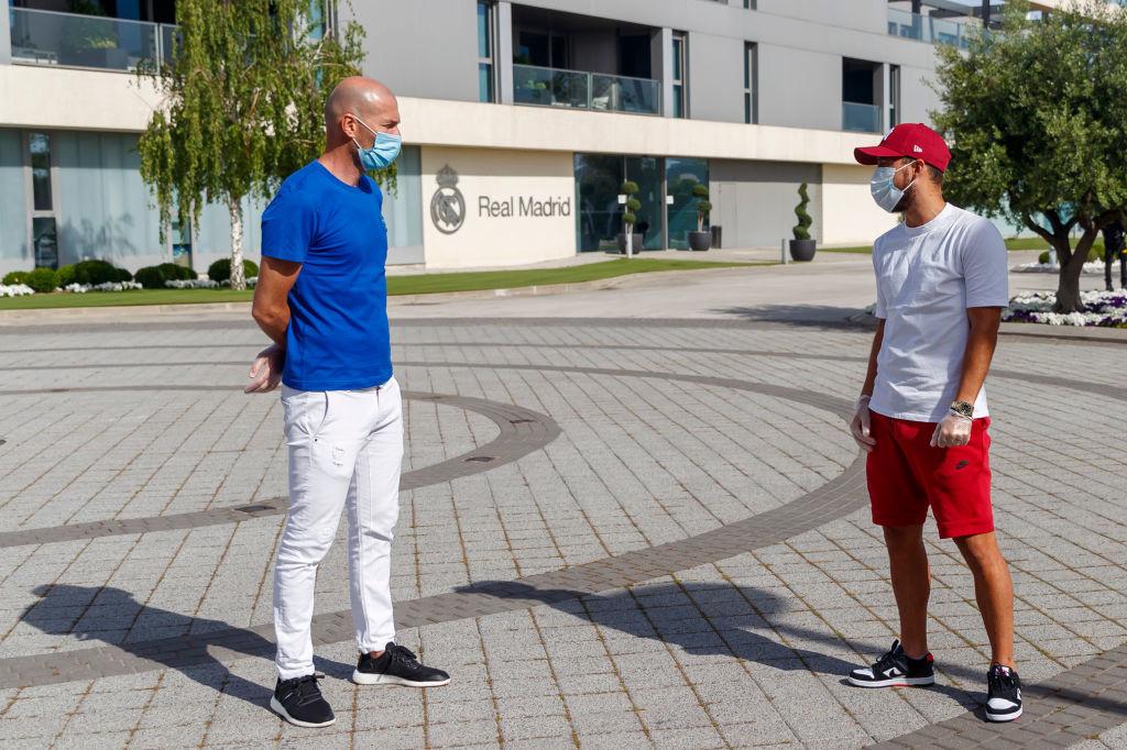 Hazard en discussion avec Zidane. A bonne distance. , iStock