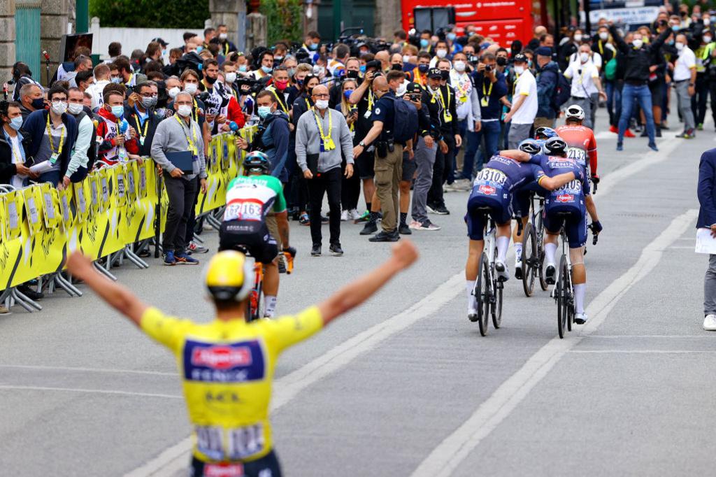 Philipsen félicite Merlier sous le regard de leur leader de maillot jaune Mathieu van der Poel, iStock