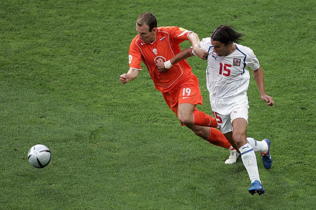 Arjen Robben et Milan Baros au duel lors d'un match de poule épique qui reste dans les mémoires. Les Tchèques battent les Pays-Bas (3-2)., iStock
