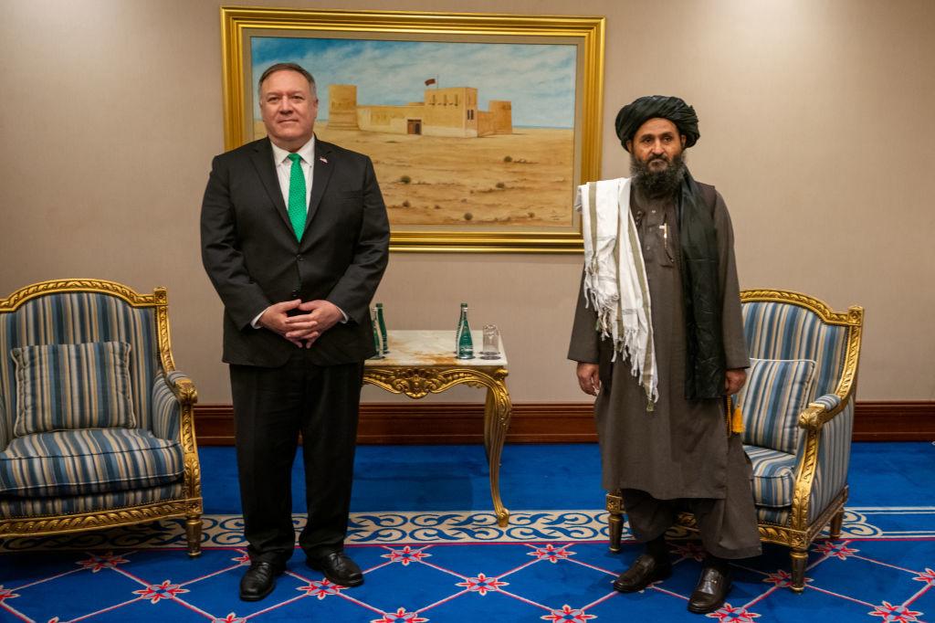 Voormalige Amerikaanse buitenlandminister Mike Pompeo en Talibanleider Mullah Abdul Ghani Baradar in september 2020 in Doha., Getty Images