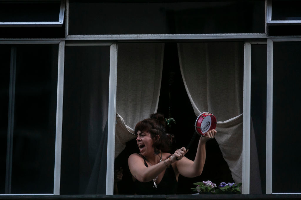 Brésilienne protestant contre Jair Bolsonaro sur son balcon, Bruna Prado, Getty