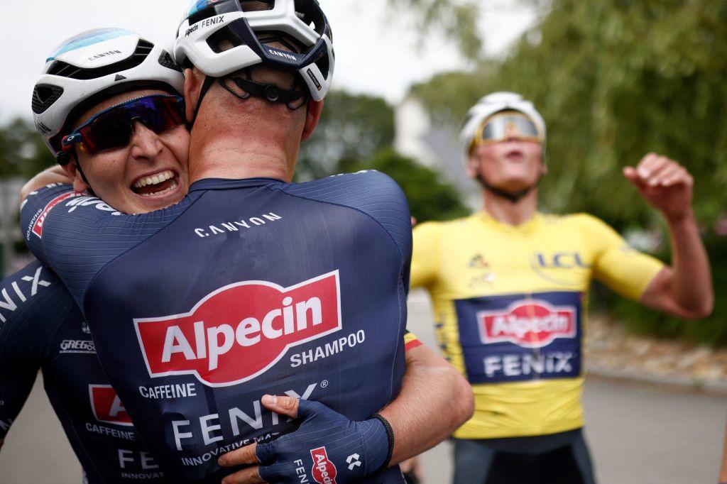 Merlier et Philipsen tombent dans les bras l'un de l'autre avec un Mathieu Van der Poel triomphant derrière eux., iStock