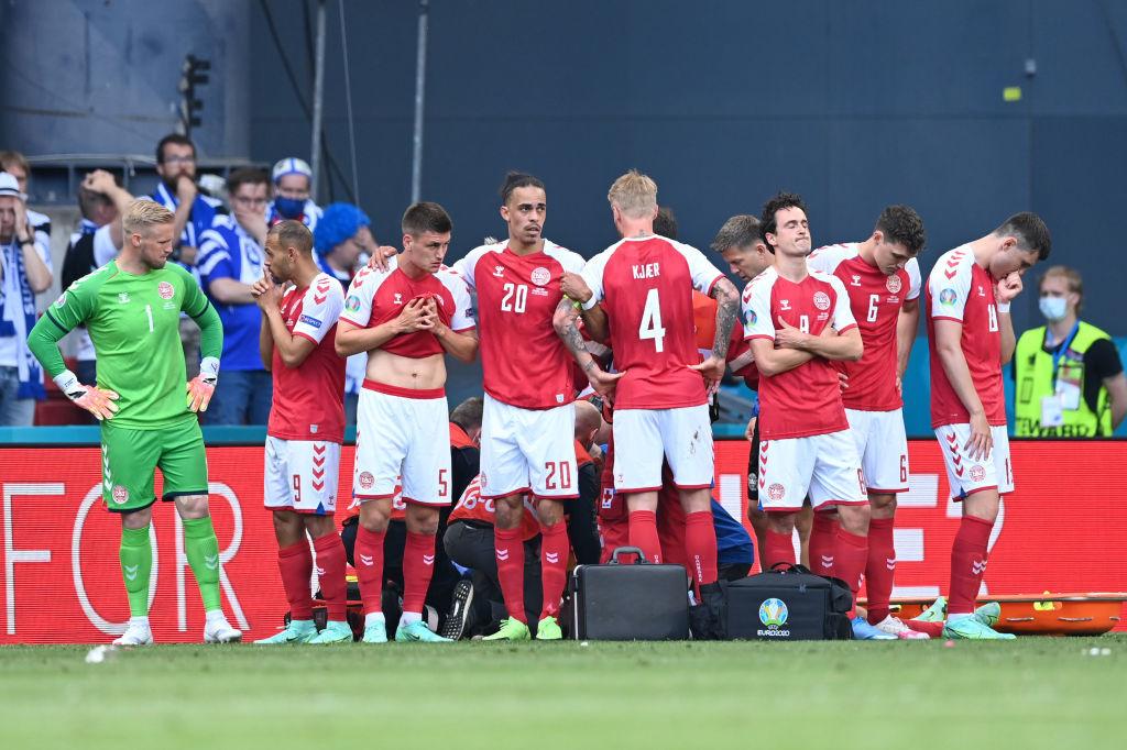 Les joueurs danois sous le choc cachant les soins prodigués à Christian Eriksen. Déjà, une des images fortes de l'EURO 2021, iStock