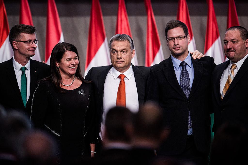 Kubatov, tout à gauche sur la photo est le vice-président du parti de Viktor Orban (au centre), mais aussi le président du Ferencvaros, l'un des clubs historiques de la Hongrie., iStock