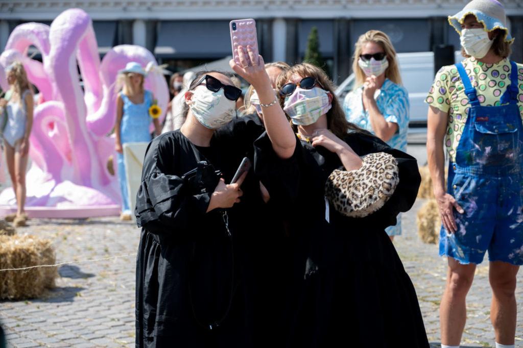 Gasten nemen een selfie tijdens de show van Helmstedt, Getty
