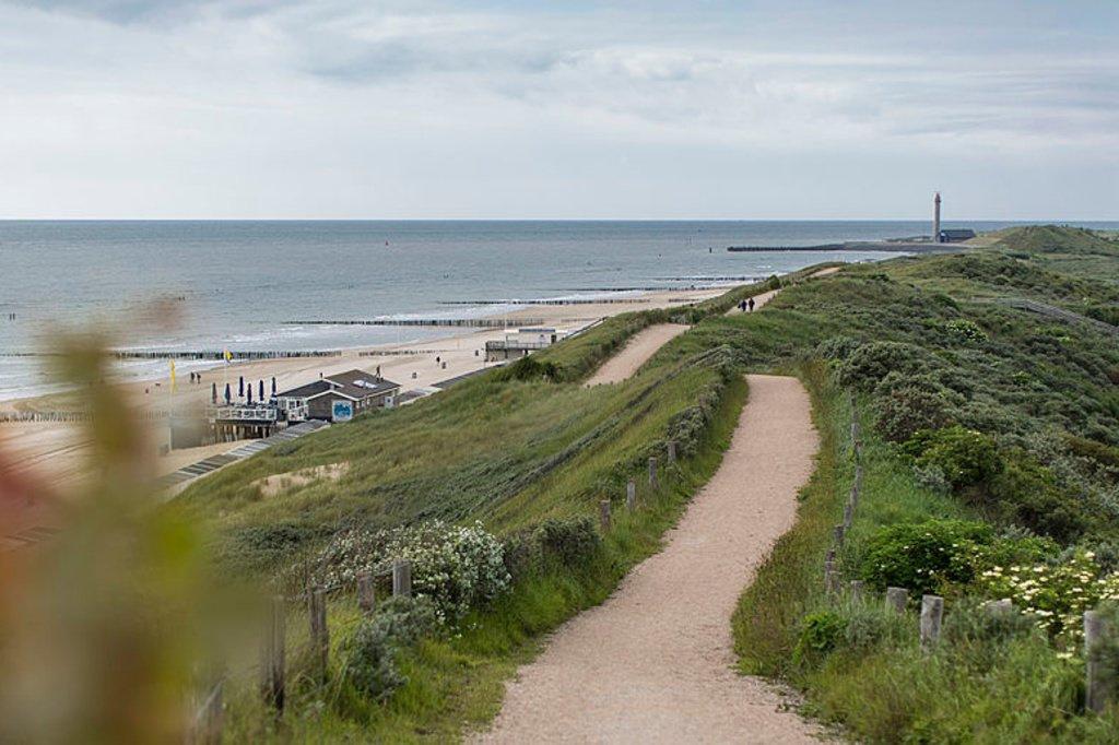 Pour prendre un bol d'air, on a le choix entre la plage, la digue ou les dunes., iStock