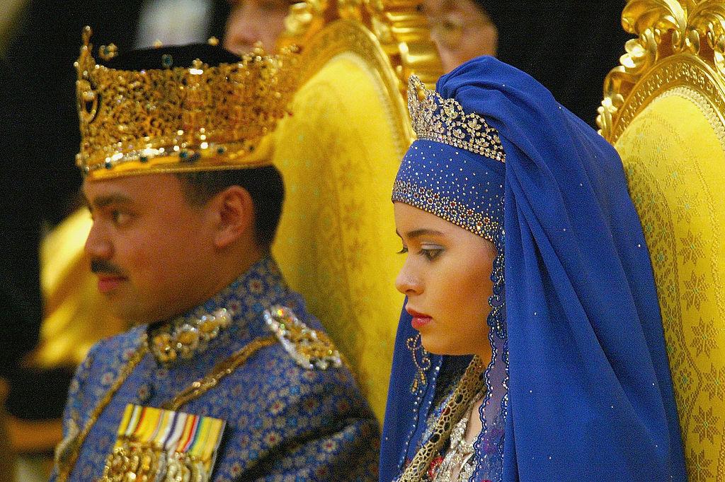 Een voorbeeld van een kindhuwelijk in hoge regionen: het huwelijk van de Bruneise kroonprins Al-Muhtadee Billah Bolkiah (toen 30) en Sarah Salleh (toen 17), in 2004. Het gebeuren werd omschreven als 'de Aziatische bruiloft van het jaar'. , Getty