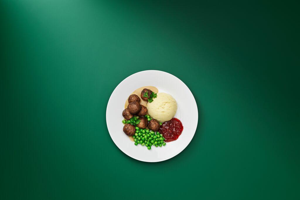 Het plantballetje bevat geen dierlijke ingrediënten. In het restaurant worden de plantballetjes echter geserveerd zoals de traditionele gehaktballetjes schotel met puree, veenbessen en roomsaus., Ikea