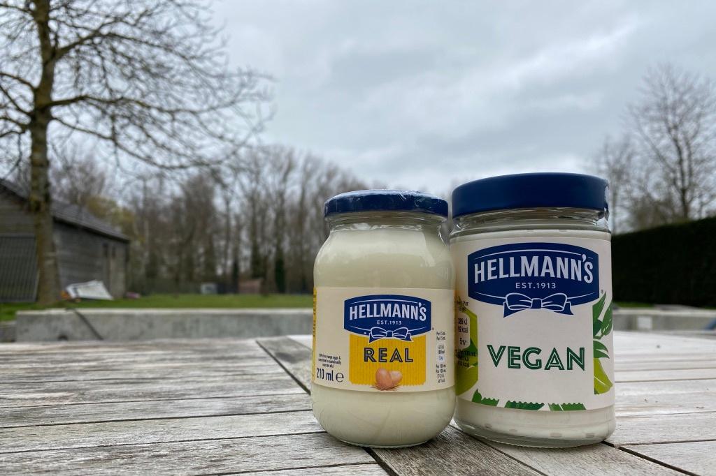 De originele mayonaise van Hellmans vs de veganistische variant, NBM