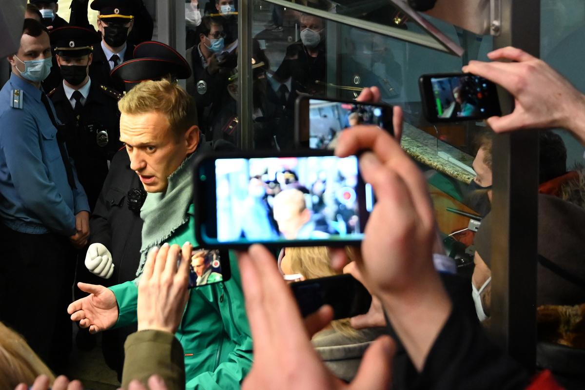Aleksej Navalny en zijn vrouw bij aankomst in Moskou., Belga Image